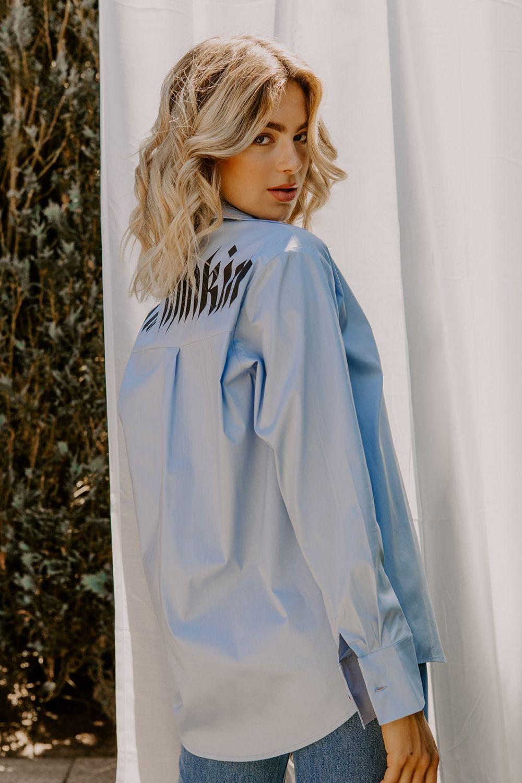 Whitney Houston μπλε πουκάμισο